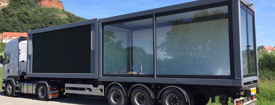 Roadshow Trailer mit bis zu 2 LED Videowalls (je 11,6 m2) und wahlweise Schauraum oder überdachter Bühne. Inklusive Tonanlage.